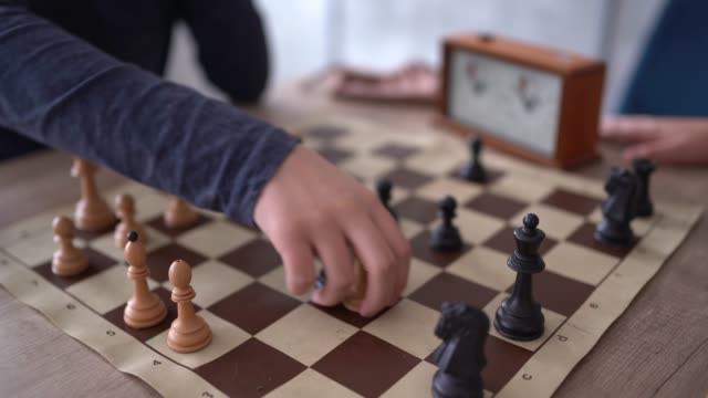 vídeos de stock, filmes e b-roll de dois povos irreconhecível que que operam a xadrez - conflito