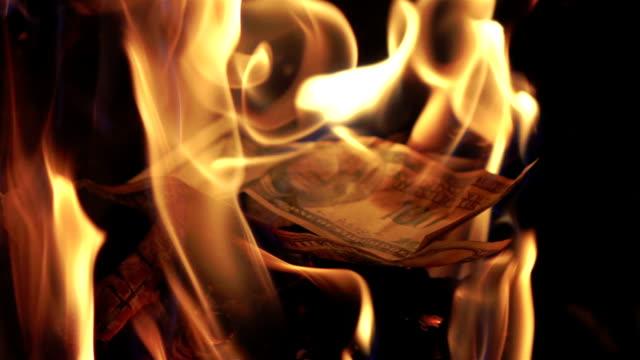 vidéos et rushes de deux vidéos de brûler des billets de 100 $au ralenti en - braqueur de banque