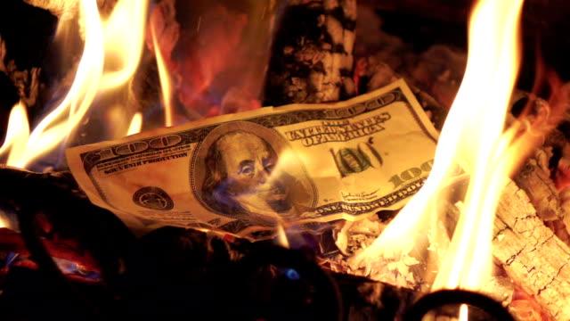zwei videos der brennende geld in real zeitlupe - dollarsymbol stock-videos und b-roll-filmmaterial