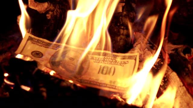 vidéos et rushes de deux vidéos de brûler de l'argent en vrai au ralenti - avidité