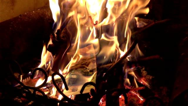 Zwei Videos der brennende Geld in Real Zeitlupe