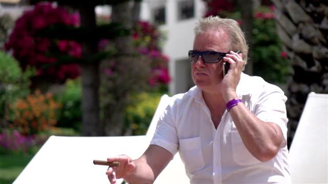 Zwei videos von Geschäftsmann spricht am Telefon real Zeitlupe