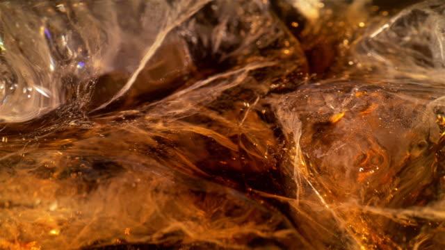 vídeos y material grabado en eventos de stock de dos vídeos de alta calidad de una bebida fría en 4 k - cola gaseosa