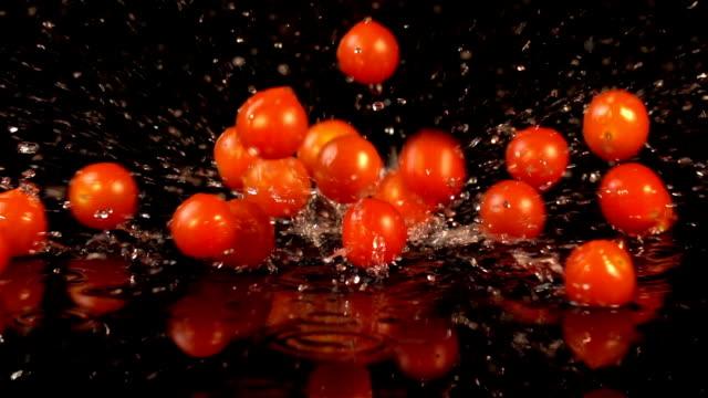 vídeos y material grabado en eventos de stock de dos vídeos de caída de cerezo tomates en cámara lenta real - potasio
