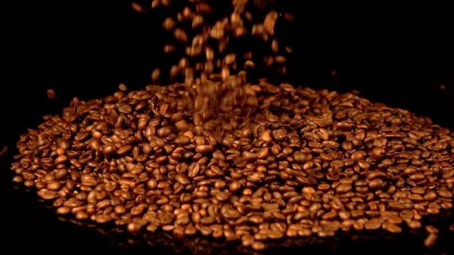 落ちる 2 つのビデオのコーヒー豆で本物のスローモーション - 平豆点の映像素材/bロール
