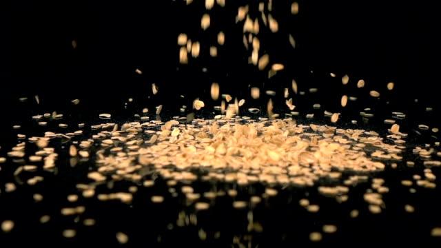 Twee video's van dalende havermout in echte Slowmotion