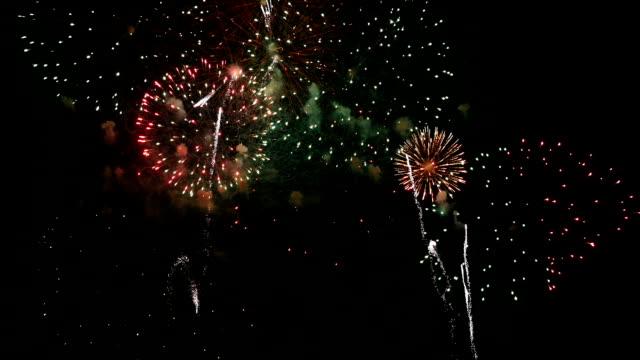 Due video di fuochi d'artificio esplosione