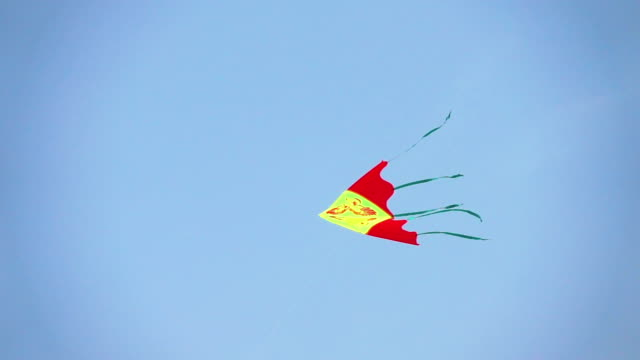 vídeos de stock e filmes b-roll de two videos of flying kite in real slow motion - triângulo