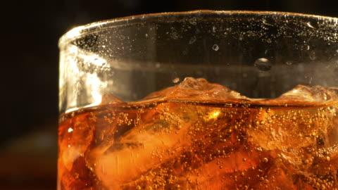 två videor av glas cola i 4k - kall dryck bildbanksvideor och videomaterial från bakom kulisserna