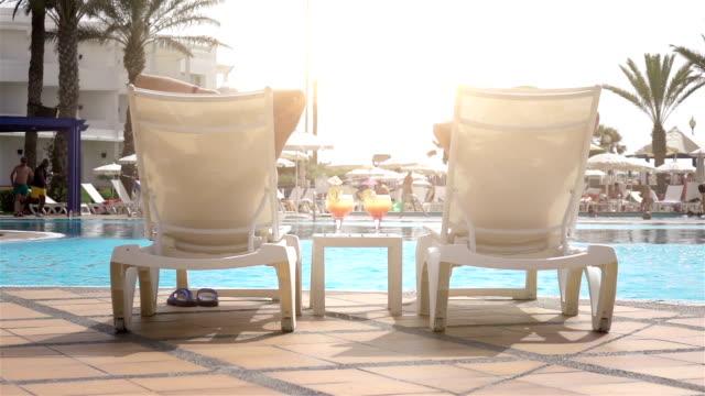 Twee video's van gelukkige senior vrouw over de vakantie-langzame motie