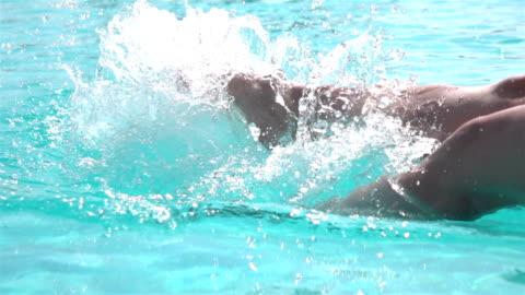 vídeos y material grabado en eventos de stock de dos videos de piernas chapoteando el agua-cámara lenta real - balneario spa