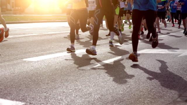 vídeos de stock, filmes e b-roll de dois corredores de maratona em vídeos em câmera lenta - maratona