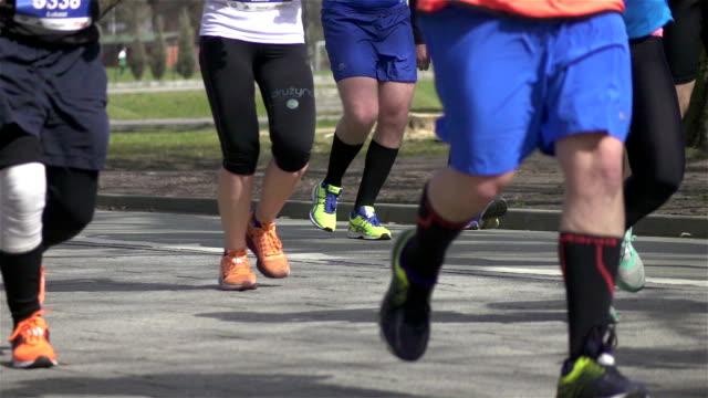 zwei videos von marathon-läufer in real zeitlupe - menschlicher muskel stock-videos und b-roll-filmmaterial
