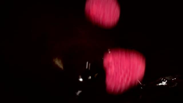 vídeos de stock, filmes e b-roll de dois vídeos de framboesas caindo em câmera lenta -real de chocolate - framboesa
