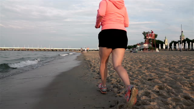 本当のスローモーションで走っている女性の 2 つのビデオ - adults only videos点の映像素材/bロール