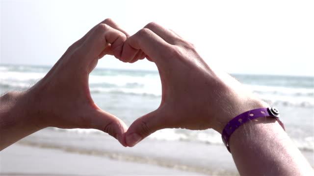 海のスローモーションでの愛のシンボルの 2 つのビデオ - ペア点の映像素材/bロール
