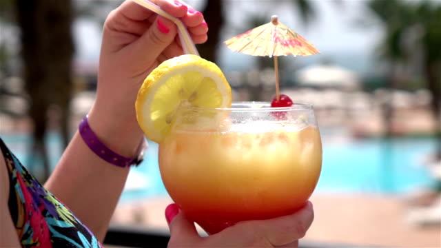 Zwei Videos von Frau mit cocktail in echte Zeitlupe