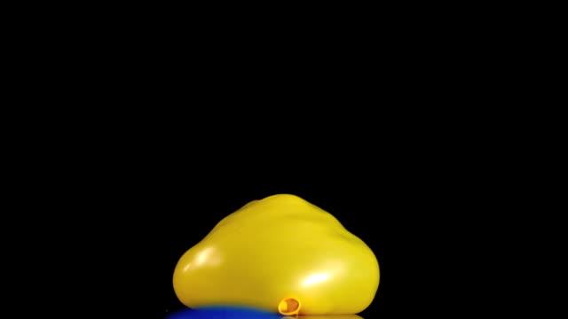 vídeos de stock e filmes b-roll de two water balloons bouncing - bomba de água equipamento