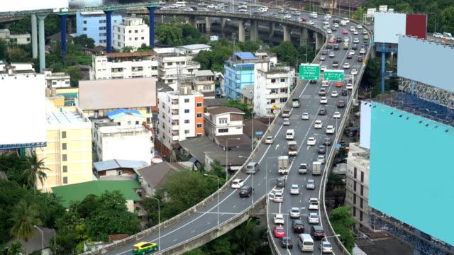 zwei-Wege der Autobahn Straße während der Rush Hour auf schon in Bangkok