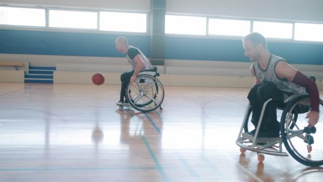 zwei rollstuhl-basketball-teams treten an turnieren teil - disability stock-videos und b-roll-filmmaterial