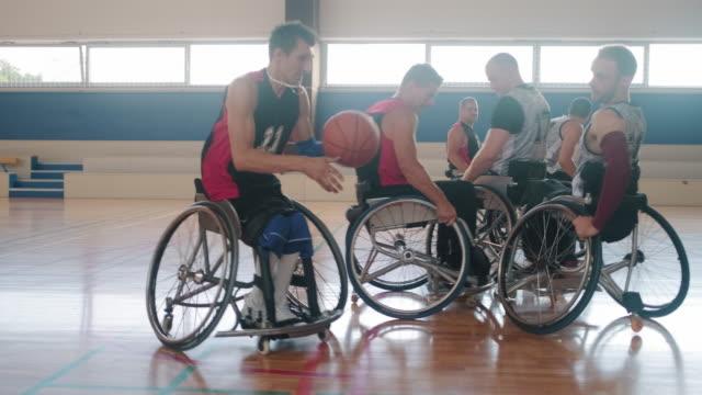 vídeos de stock, filmes e b-roll de duas equipes de basquete em cadeira de rodas competindo no torneio - cadeira de rodas equipamento ortopédico