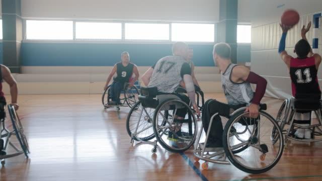 トーナメントに出場する2つの車椅子バスケットボールチーム - match sport点の映像素材/bロール