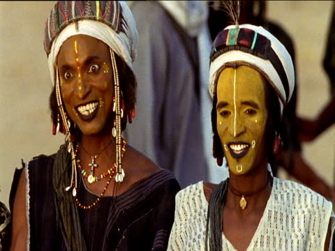 two wodaabe tribesmen performing courtship ritual curca salee ingal niger - ニジェール点の映像素材/bロール
