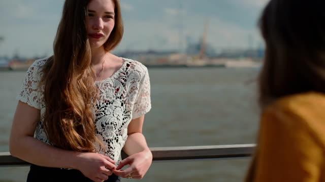 Deux femme amis en plein air sur le port