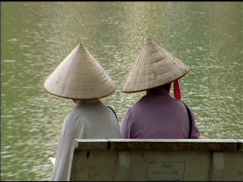 vídeos de stock e filmes b-roll de duas mulher em hanói vietname park 2 - sentar se