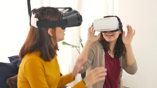 2 女性仮想現実ゴーグル プレイ ゲーム - 仮想空間点の映像素材/bロール