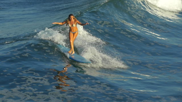 vídeos y material grabado en eventos de stock de two woman surfing on the same wave - one is on a sup and the other on a longboard surfboard - slow motion - surf en longobard