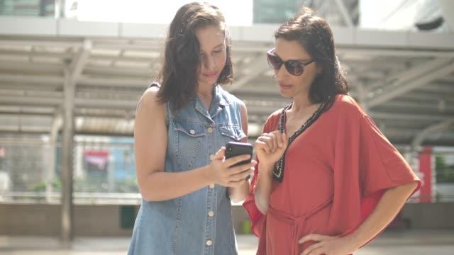 スマートフォンを使用した2人の女性 - 2人点の映像素材/bロール