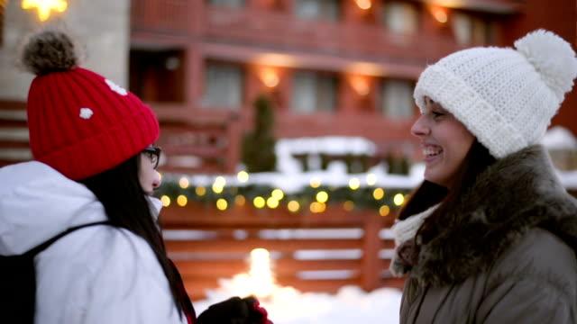 stockvideo's en b-roll-footage met twee vrouwen bevriezen buiten - zichtbare adem