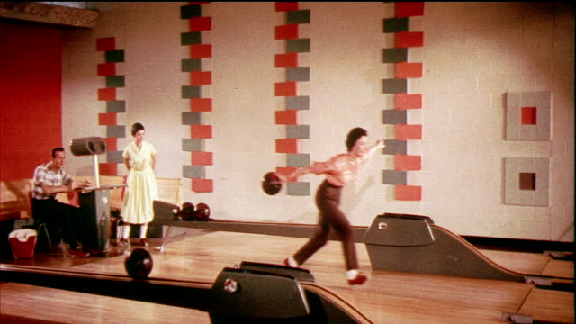 vídeos de stock, filmes e b-roll de 1958 montage cu ha ws ms two women bowling, bowling balls, and bowling pins being overthrown / usa / audio - cancha de jogo de boliche