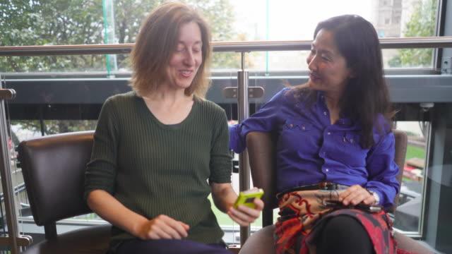 vídeos y material grabado en eventos de stock de two women chatting and sharing stories. - falda