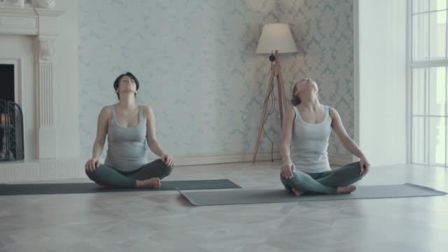 vidéos et rushes de deux femmes faisant du yoga méditation et des étirements - soin prénatal