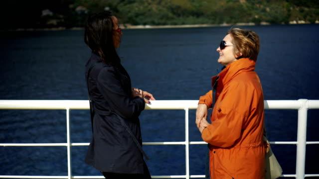 vídeos y material grabado en eventos de stock de dos mujeres disfrutando el paseo en barco - barco de pasajeros