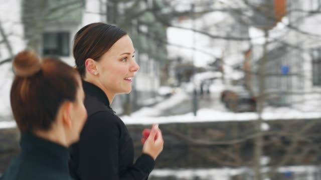 Zwei Frauen trainieren draußen im Schnee