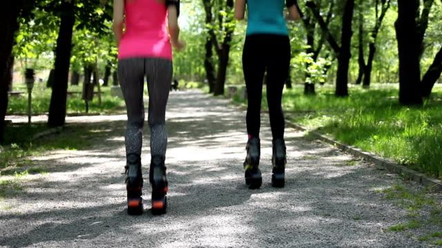 Dos mujeres haciendo ejercicio juntos en el callejón del parque.