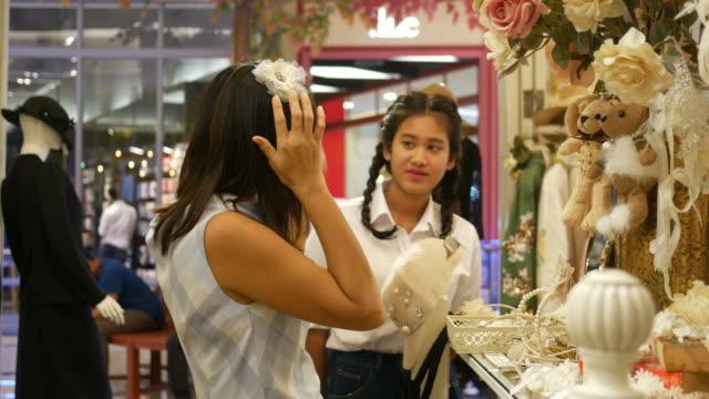 Zwei Frauen mit Spaß beim Einkaufen in Boutique