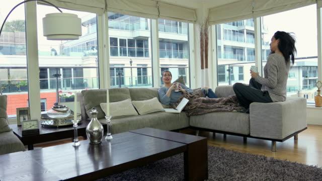 vidéos et rushes de two women in a city apartment - couple d'âge moyen