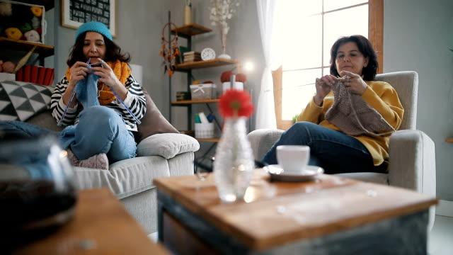 vídeos y material grabado en eventos de stock de dos mujeres para hacer punto en casa - tejer