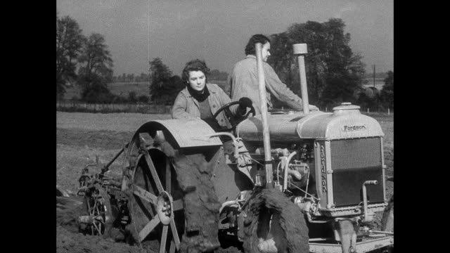 vídeos y material grabado en eventos de stock de montage two women learning how to drive a tractor / east anglia, united kingdom - maquinaria agrícola