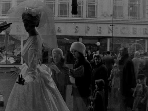vídeos de stock, filmes e b-roll de two women look at a brides dress in the window of a shop - papel em casamento