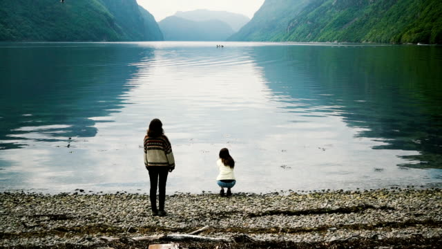 Twee vrouwen kijken naar fjord in Noorwegen