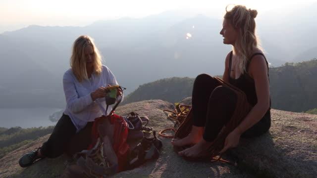 Zwei Frauen bereiten Kletterausrüstung auf Bergrettung vor