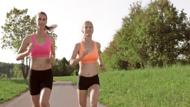 vidéos et rushes de slo missouri ts deux femmes parler et de jogging - 40 44 ans