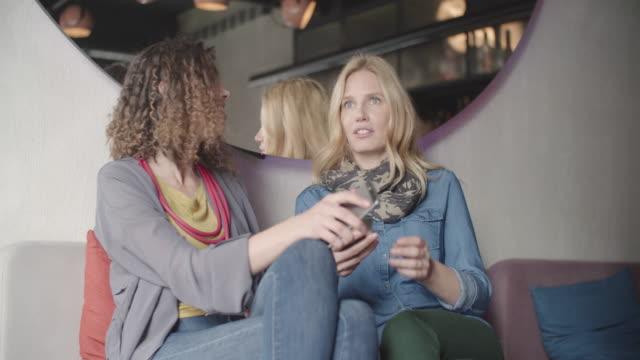 Zwei Frauen Sitzen im Café