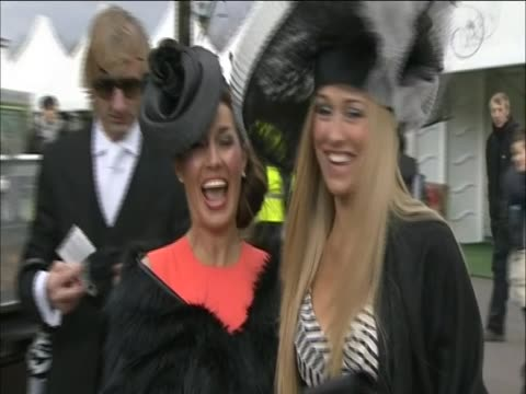 vídeos y material grabado en eventos de stock de two women smile at the camera during ladies day at aintree - tocado accesorio de cabeza