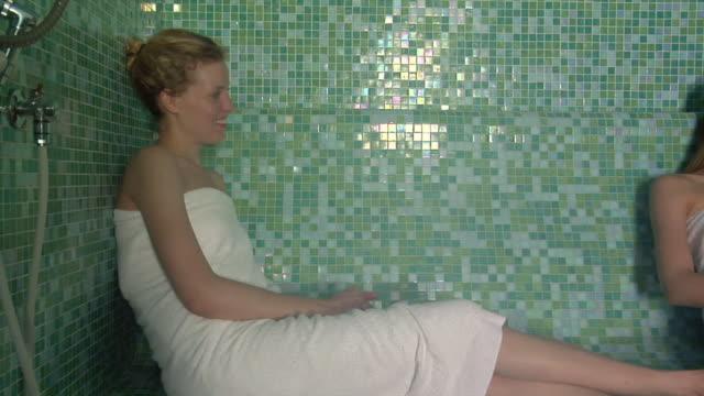 vidéos et rushes de ms zi cu two women talking in sauna / norcia, italy  - sauna